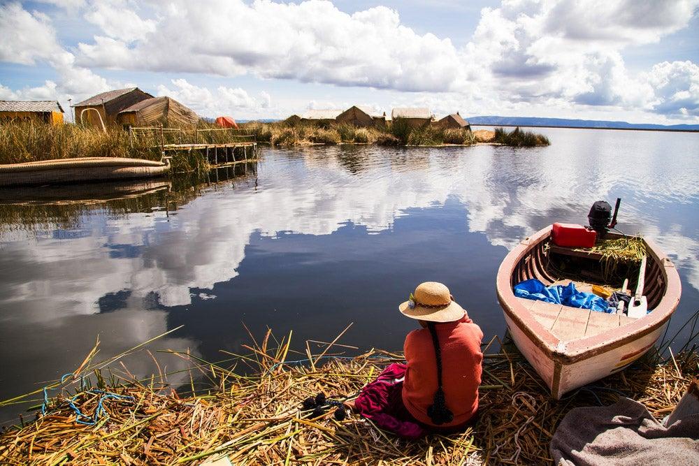 Islas de los uros en el lago Titicaca en Perú