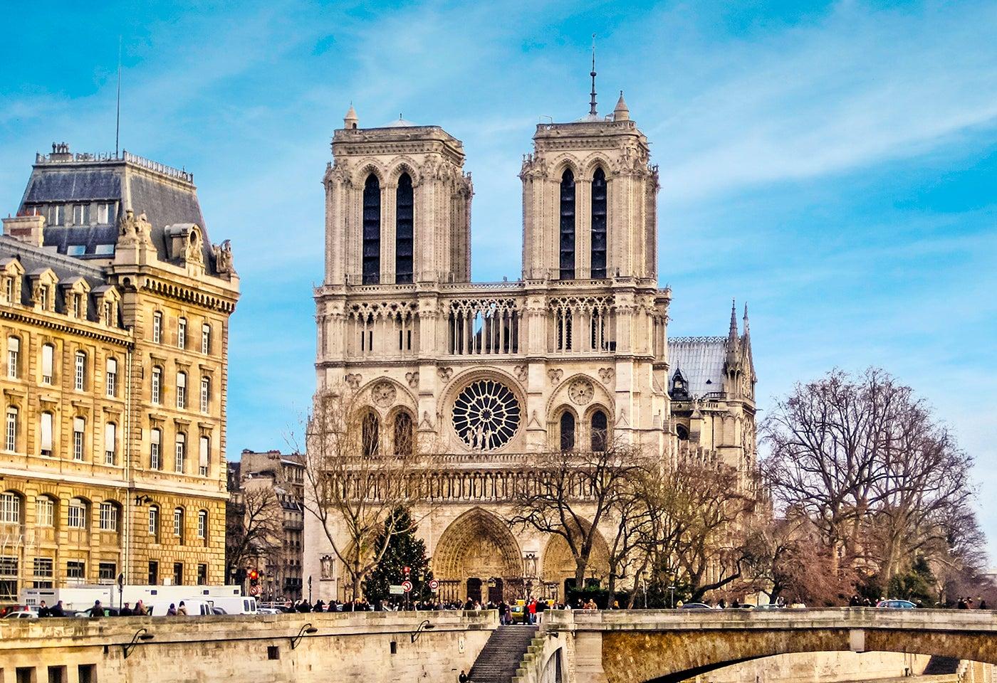 Comer cerca de la catedral de Notre Dame