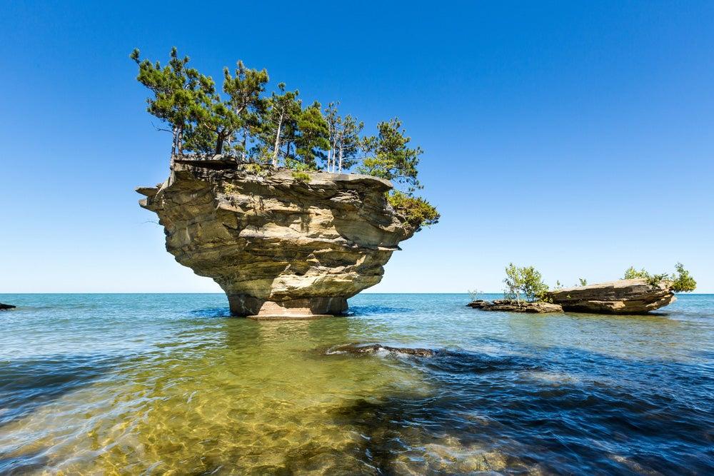 Turnip Rock una de las islas en medio de lagos más extrañas