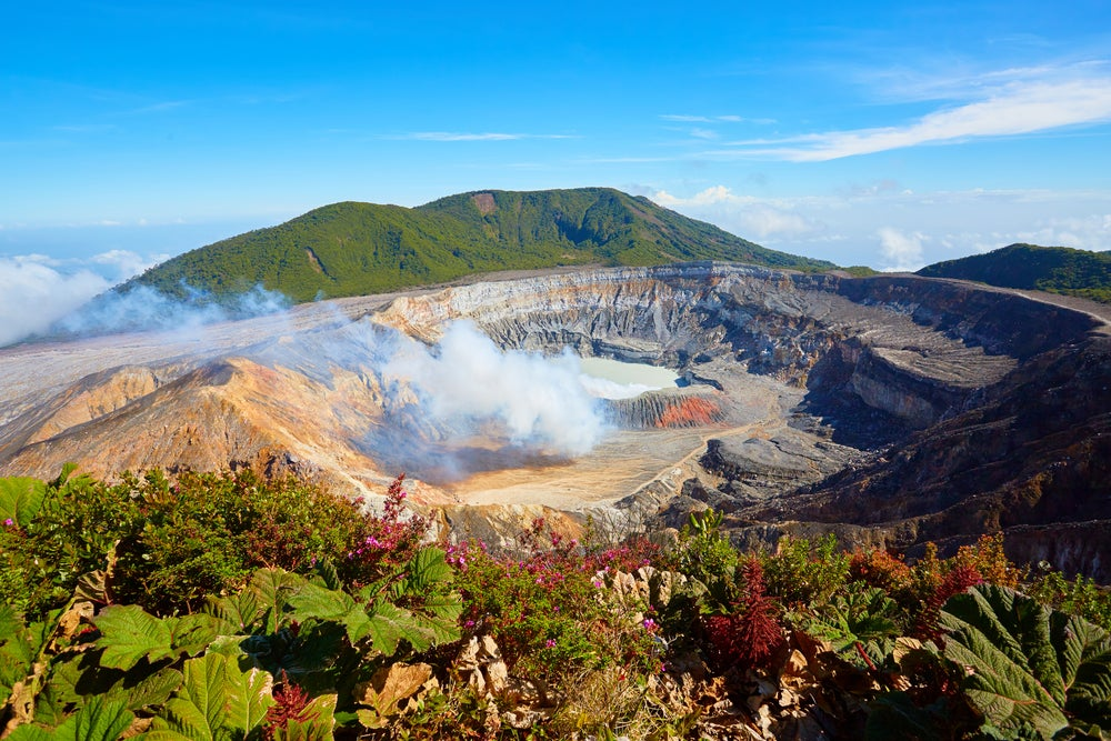 Volcán Poas, uno de los lugares qeu ver en una ruta por Centroamérica