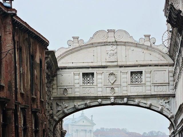 Detalle del Puente de los Suspiros