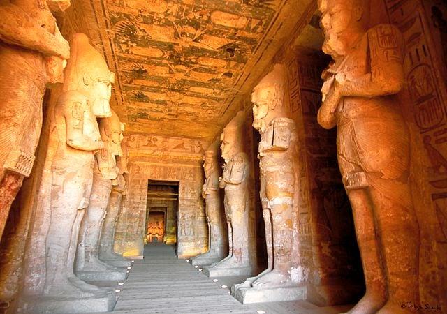 Sala hipóstila en los templos de Abu Simbel