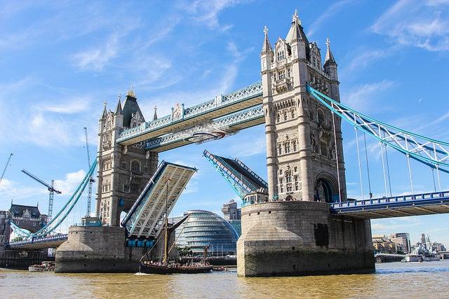 Puente de la Torre de Londres abierto