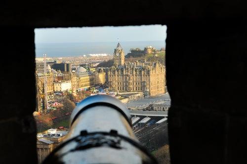 Cañón en el castillo de Edimburgo en Escocia