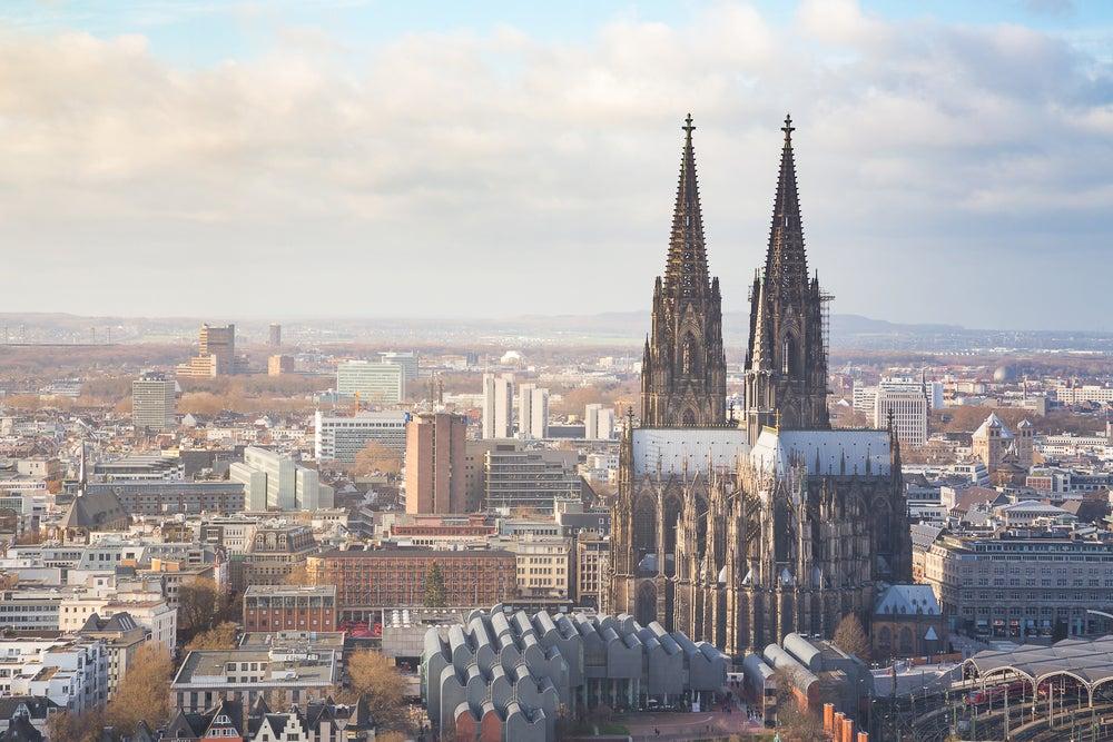 Comer cerca de la catedral de Colonia, vista del monumento