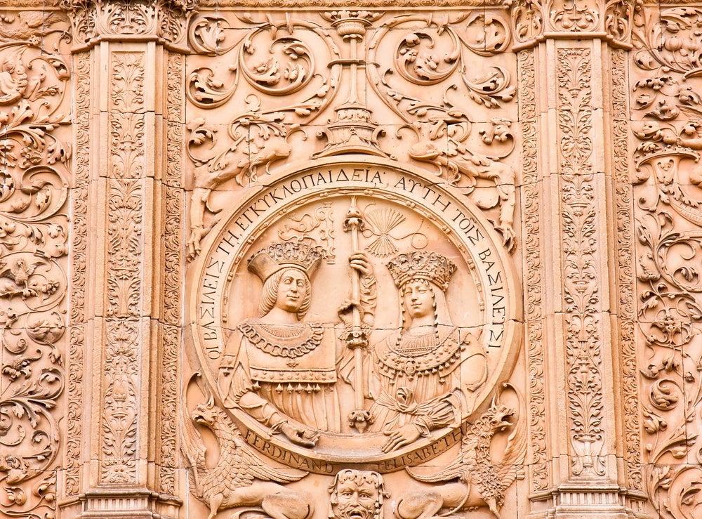 MEdallón en la fachada de la Universidad de Salamanca