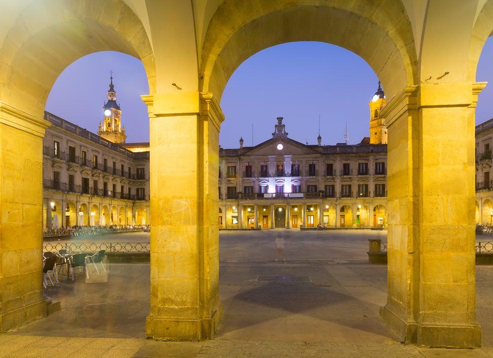 Plaza de España de Vitoria de noche