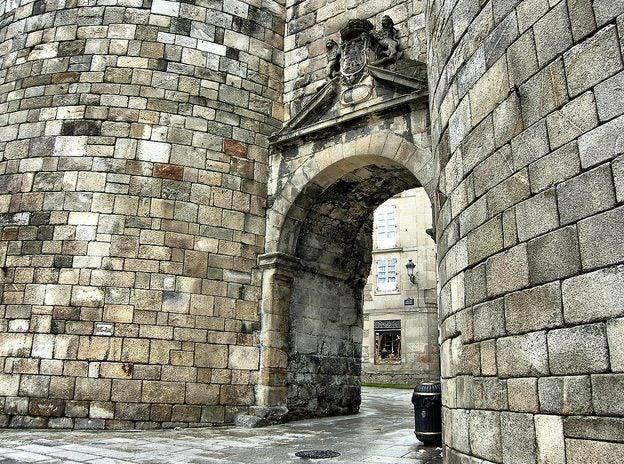 Puerta en la muralla romana de Lugo