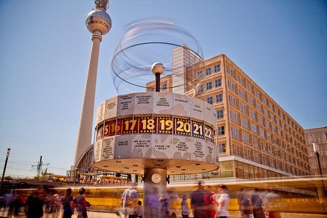 Reloj mundial y torre de la televisión