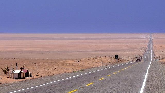 Ruta Panamericana en el desierto de Sechura de Perú