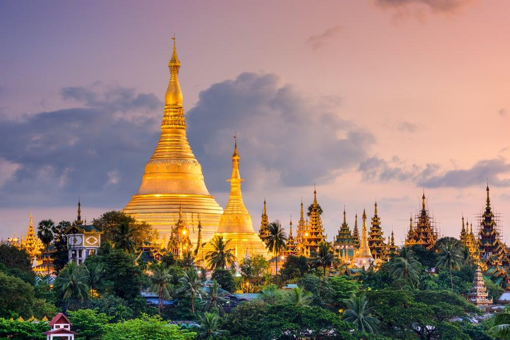 Templos de Yangon al atardecer