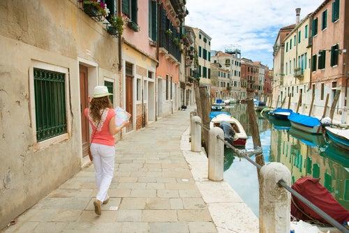 Viajar al extranjero, mujer con un mapa