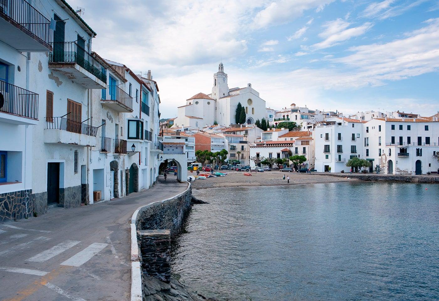 Vista de Cadaqués, un pueblo pesquero de la Costa Brava