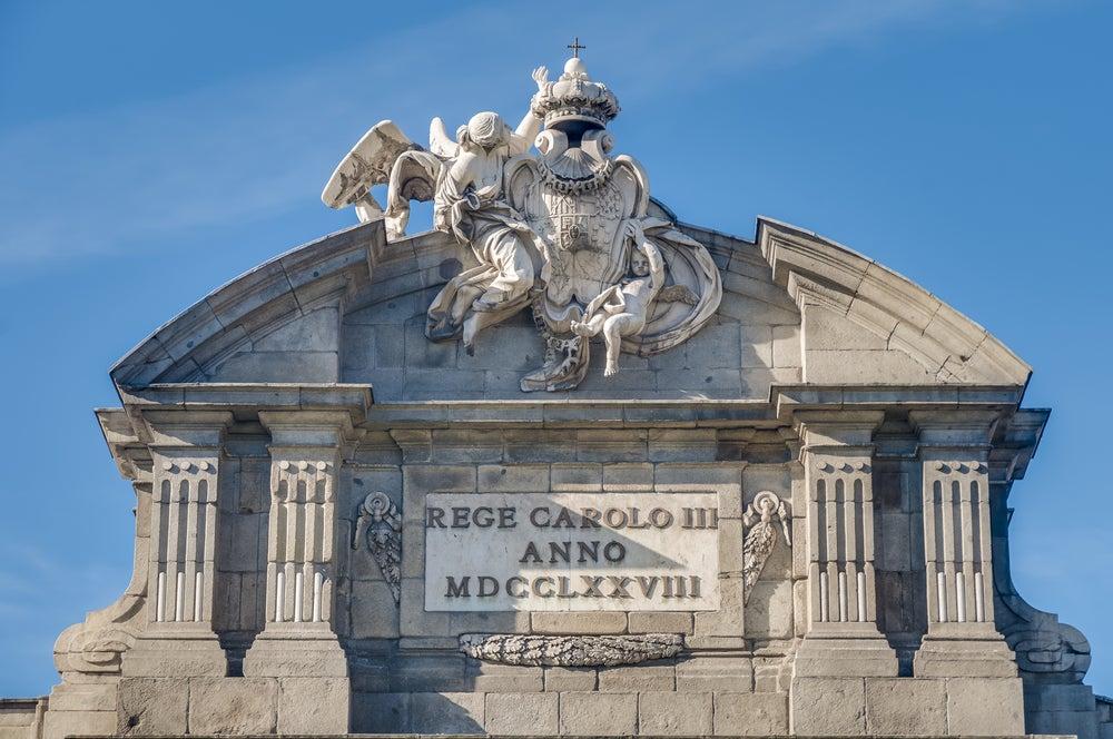 Escudo en la Puerta de Alcalá de Madrid