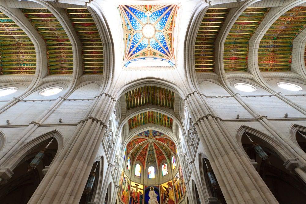 Interior de la catedral de la Almudena de Madrid