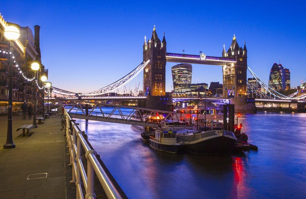 Londres de noche, muelle en el Támesis