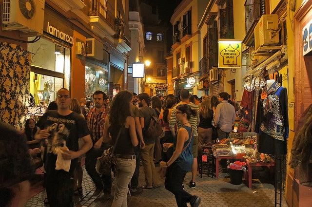 Calle Regina de Sevilla por la noche