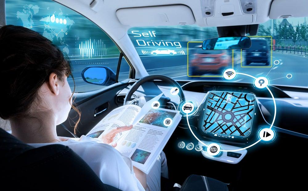 Mujer en un taxi autónomo