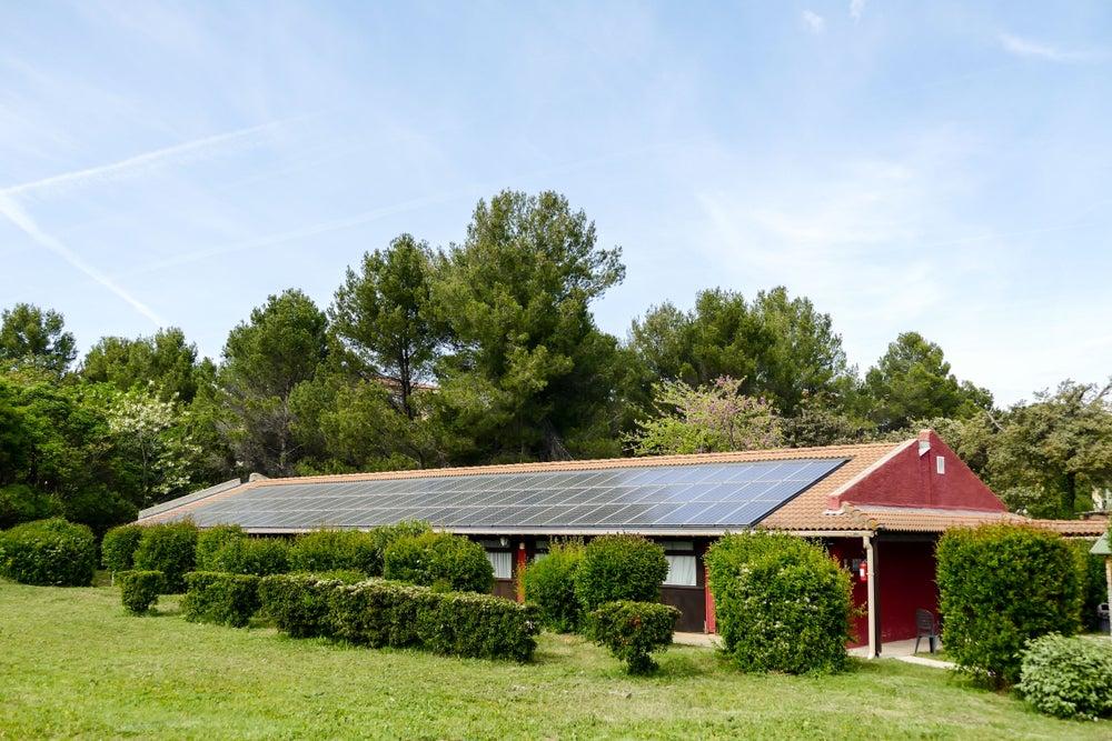 Hotel con paneles solares