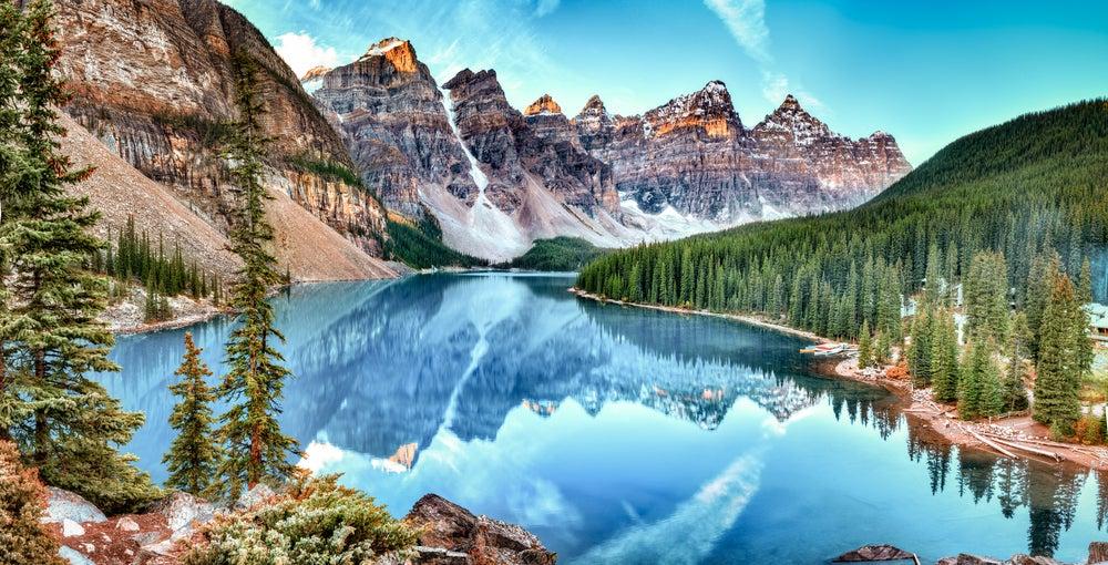 Lago Morraine en las Montañas Rocosas en Canadá