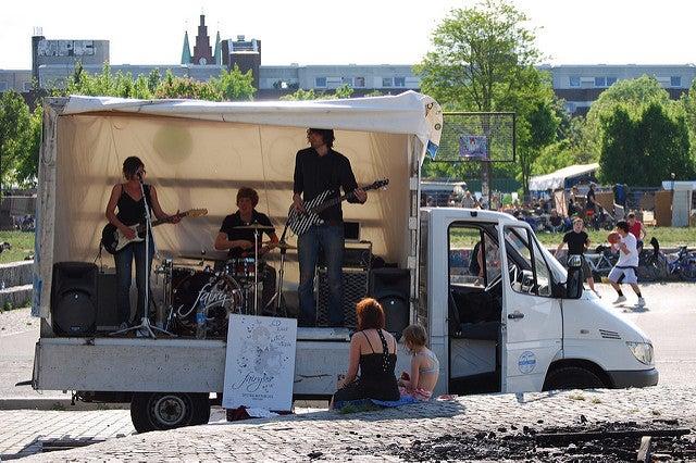 Músicos en Mauerpark de Berlín