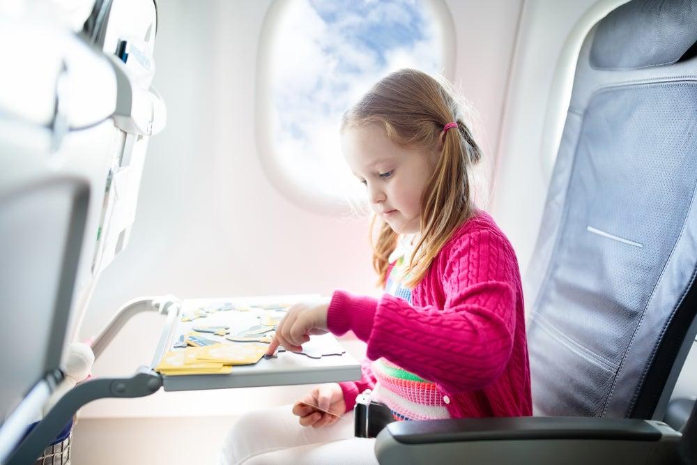 Niña jugando en un avión
