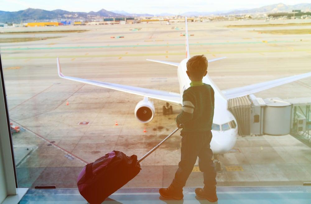Niño con maleta en el aeropuerto