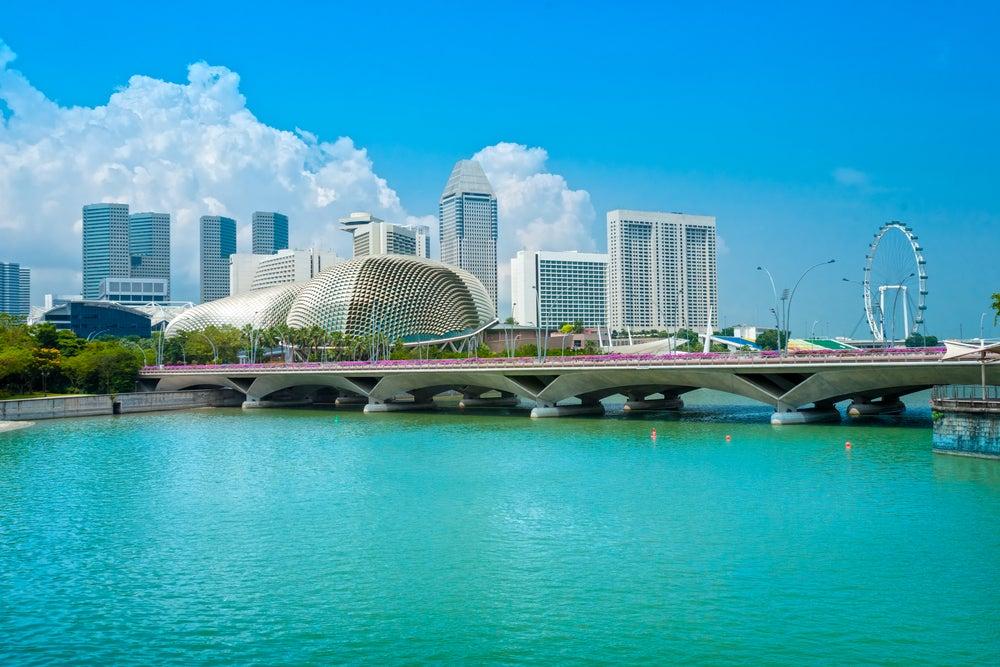 Vista de Singapur con el Teatro Ópera Esplanade