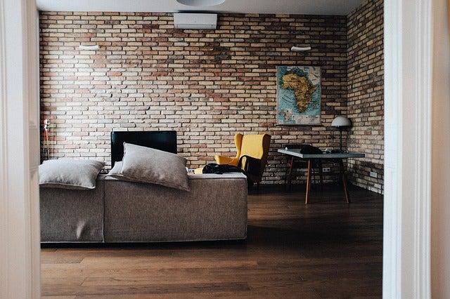 Formas de viajar: sofa de Couchsurfing