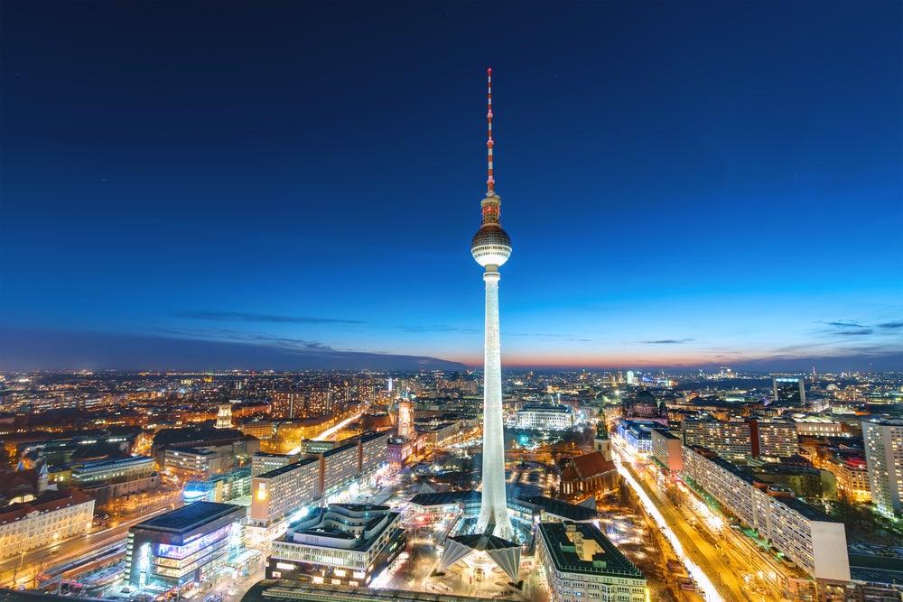 Torre de la televisión por la noche