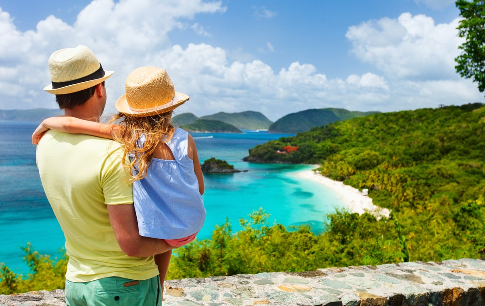 Viajar con los niños, padre e hija en la playa