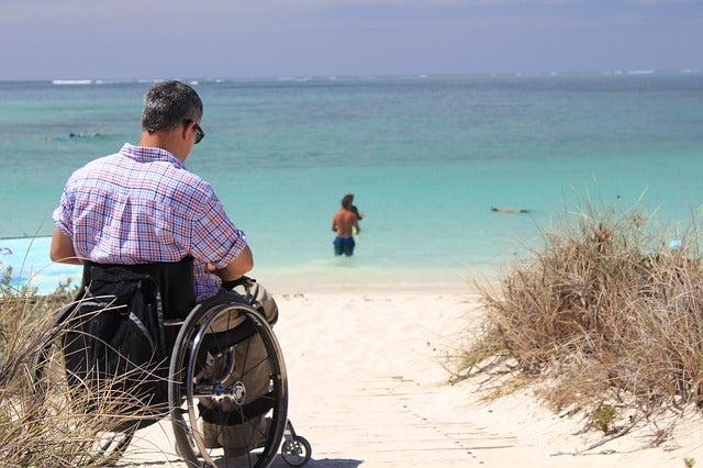Viajero en silla de ruedas