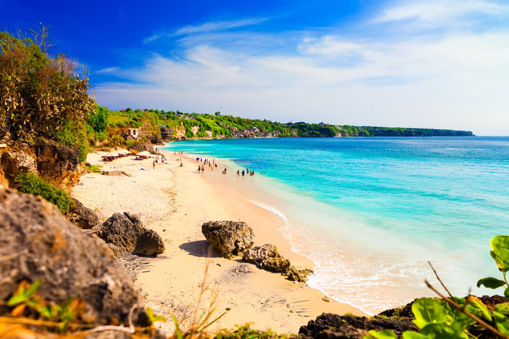 Playa en Bali, una de las experiencias que vivir en Indonesia