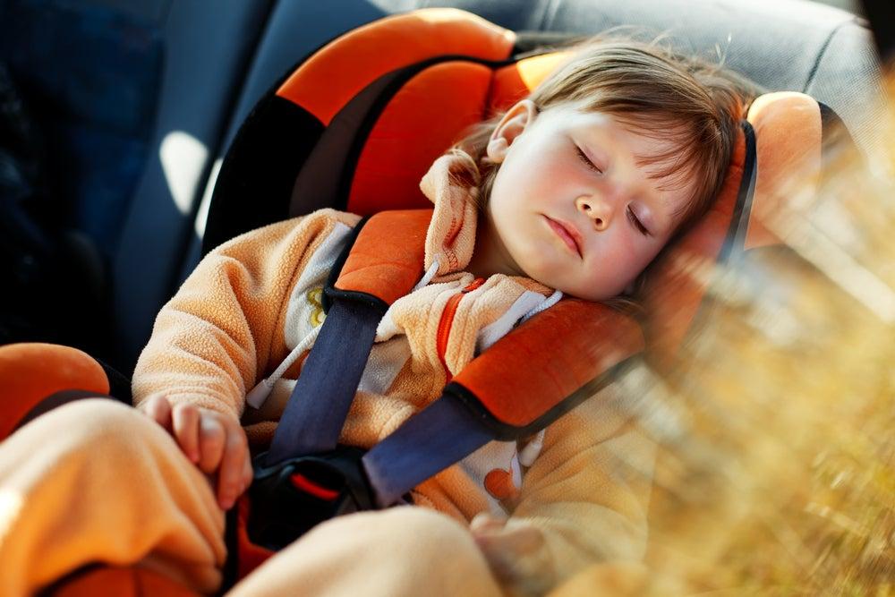 Bebé en un coche