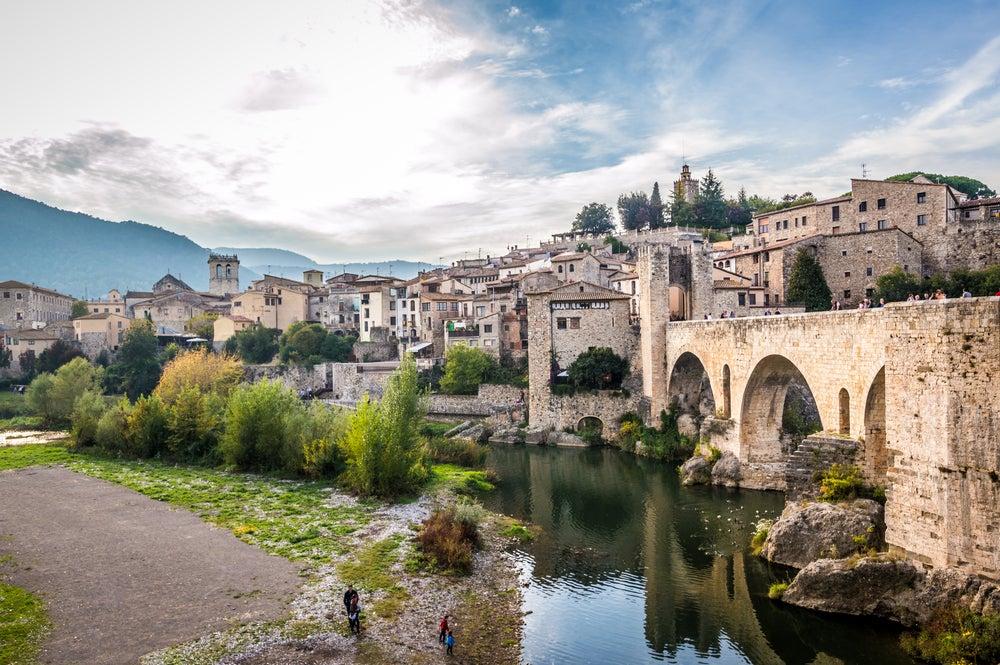 El pueblo medieval de Besalú y su famoso puente