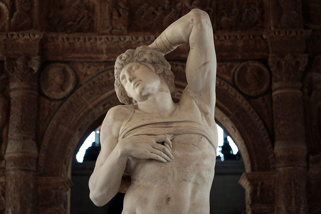 El esclavo moribundo en el Louvre