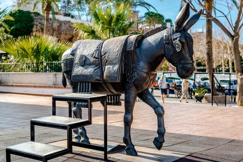 Escultura homenaje al burro en Mijas