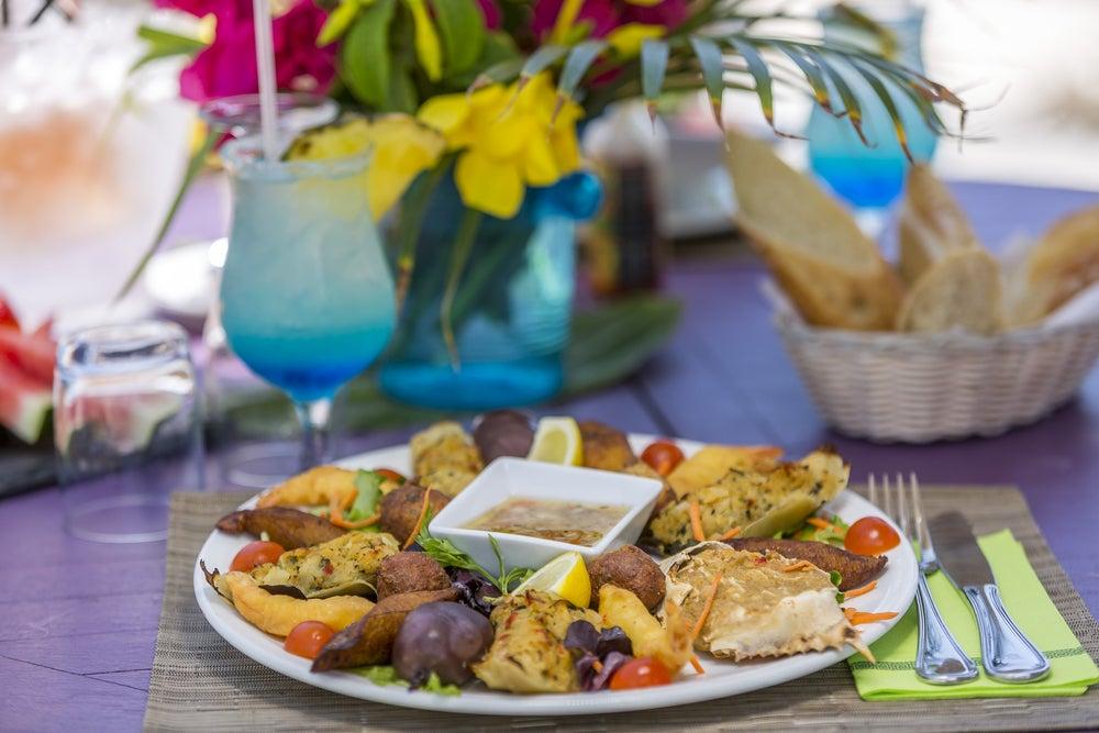Plato de la gastronomía caribeña en la isla de San Martín