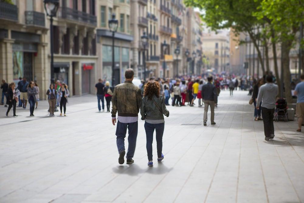 Gente caminando en Barcelona