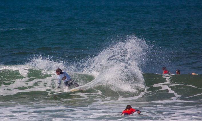 Jóvenes haciendo surf