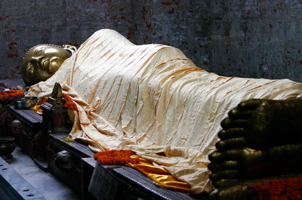 Estatua de Buda reclinado en Kushinagar