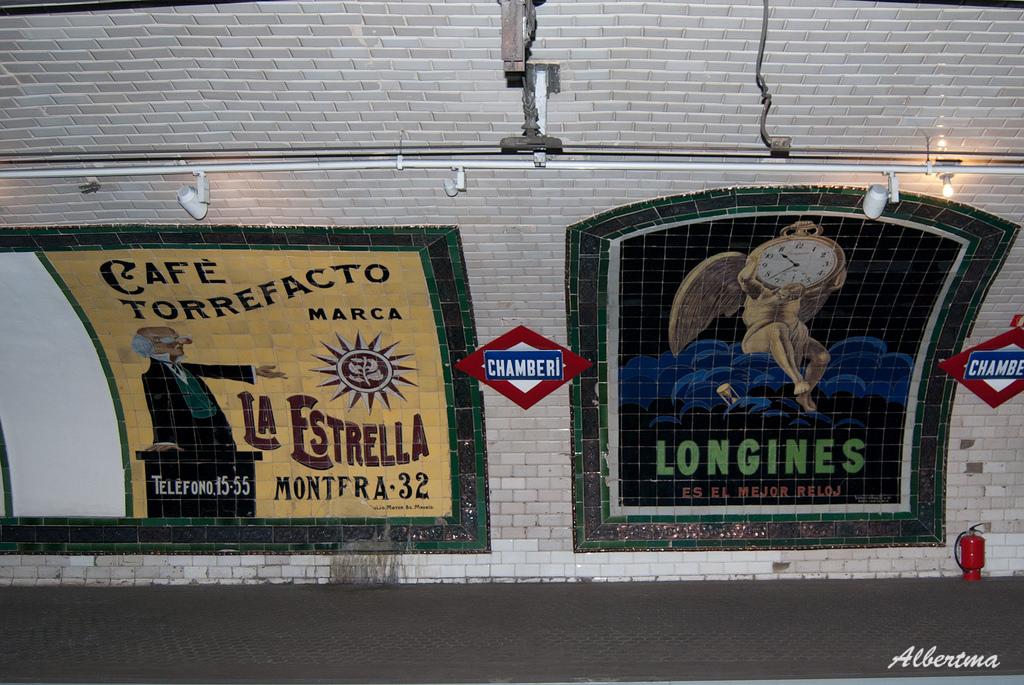 Carteles publicitarios en la estación de Chamberí