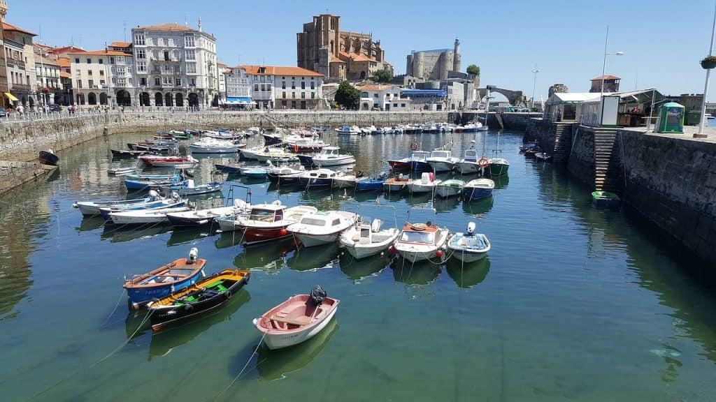 Castro Urdiales en España, belleza en la cornisa cantábrica