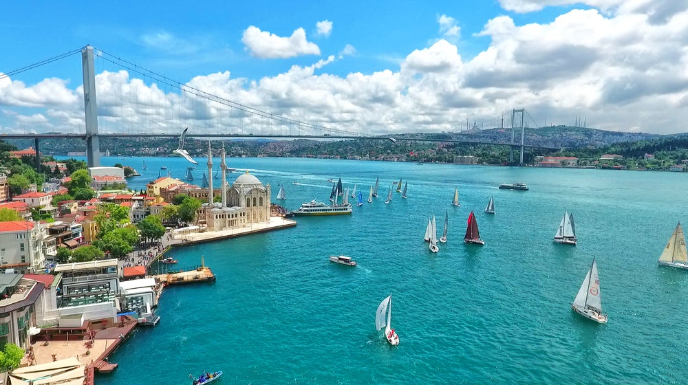 Un paseo por el Bósforo de Estambul, entre Asia y Europa