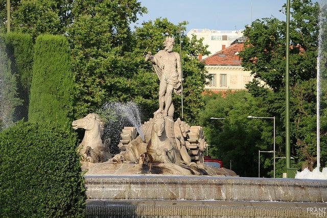 Fuente rojiblanca de Neptuno en Madrid