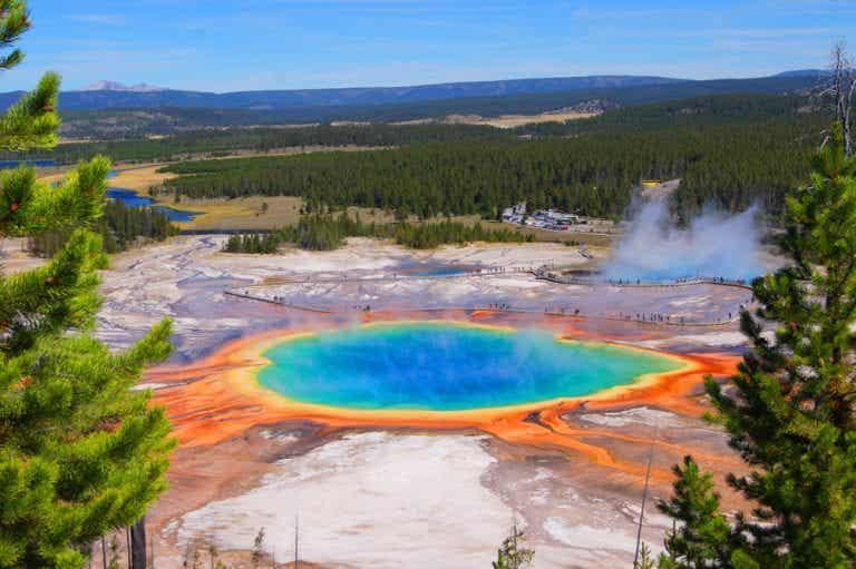Descubre la Gran Fuente Prismática, un lago de color arcoíris