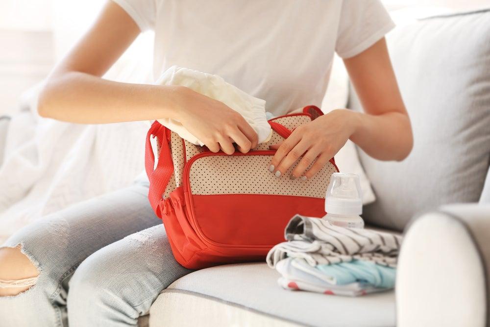 Madre haciendo una bolsa de viaje