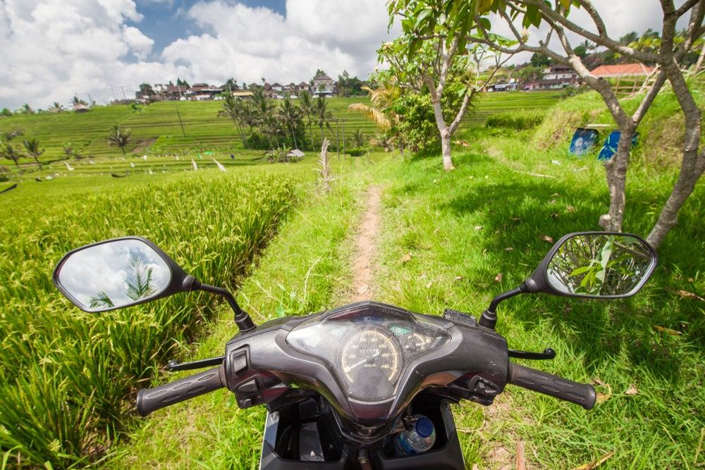 Moto en un campo de arroz en Bali
