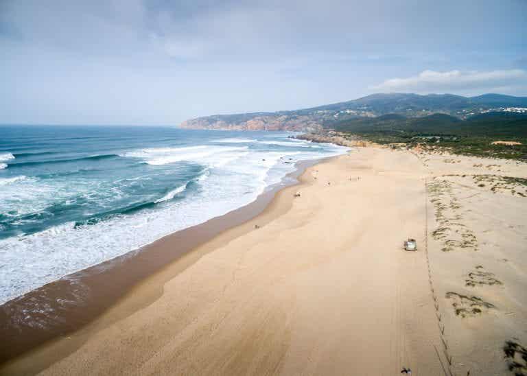 Paseando entre las dunas de la playa de Guincho en Portugal