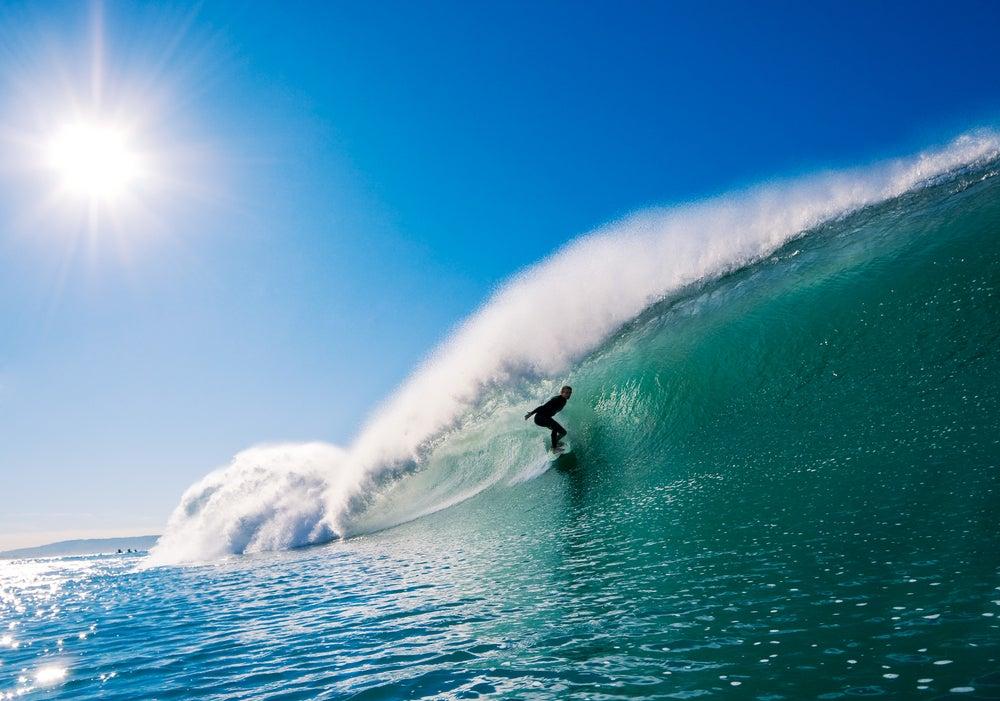 Hombre haciendo surf en California